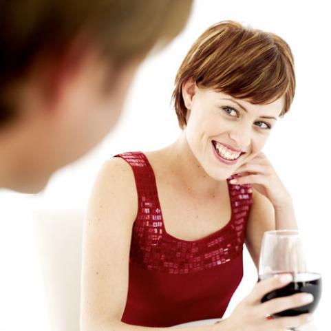 при общении с девушкой парень всегда улыбается