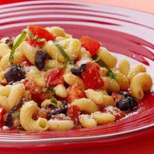 Свежая паста помодоро с белой фасолью и оливками