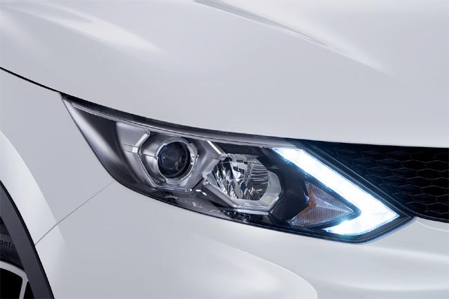 Уголки светодиодных дневных огней выделяют автомобиль из общего потока